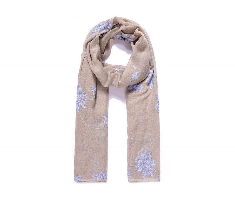foulard_beige_brode_de_fleurs_bleues