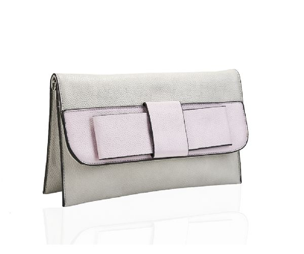 Le sac cabas en cuir glamour JANNE est suffisamment spacieux pour une utilisation quotidienne et deviendra rapidement votre partenaire le plus stylé lors de vos déplacements. De plus, son joli nœud est synonyme d'élégance et de féminité.